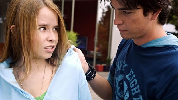 пацан пристает к девченке в школе